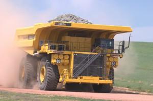 Komatsu 960E Muldenkipper mit 800 t Gesamtgewicht