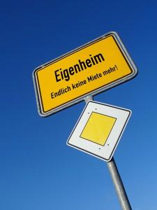Vorfahrt für das Eigenheim: Im europäischen Vergleich hat Deutschland noch immer eine schlechte Eigentumsquote (Foto: Lichtkunst/ Pixelio)
