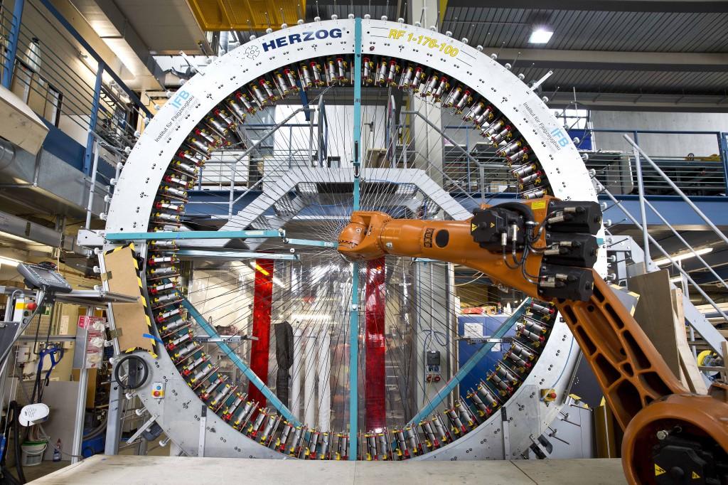 Ein Beispiel für die Herstellung von Leichtbau-Werkstoffen steht am Institut für Flugzeugbau (IFB) der Universität Stuttgart. An dem mannshohen Flechtrad sind rundherum Spulen angebracht sind. Wenn es sich dreht, fügten sich 78 Fäden aus verschiedenen Fasern ineinander (Foto: IFB)