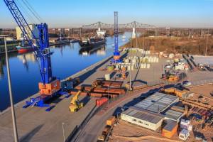 Bis zu 250 Tonnen Gesamtlast heben die Mobilkrane am Rendsburg Port, mehr als jeder andere Kran in Schleswig-Holstein: Der Schwerlasthafen am Nord-Ostsee-Kanal hat neue Entwicklungen in Fluss gebracht (Foto: Carsten Bernot)