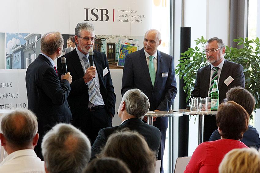 Moderator Dirk Alexander Lude, Michael Back (ISB), Karl-Heinz Reidenbach (Vorstandsmitglied Volksbank Kaiserslautern-Nordwestpfalz eG), Edgar Wilk (Präsident der Steuerberaterkammer Rheinland-Pfalz) (von links nach rechts)