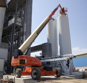 Nicht nur die Plattformhöhe von 41,30 m, sondern auch die seitliche Reichweite von 24,38 m sind auch beim Anlagenbau große Vorteile, die der JLG Ultraboom 1350SJP bietet