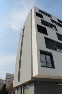 Studentenwohnheim in Konstanz: Die 1,30 Meter auskragende Gebäudeerweiterung mit tragenden Stahlleichtbauprofilen vergrößert die Wohnfläche (Quelle: Goldbeck Bauen im Bestand GmbH)