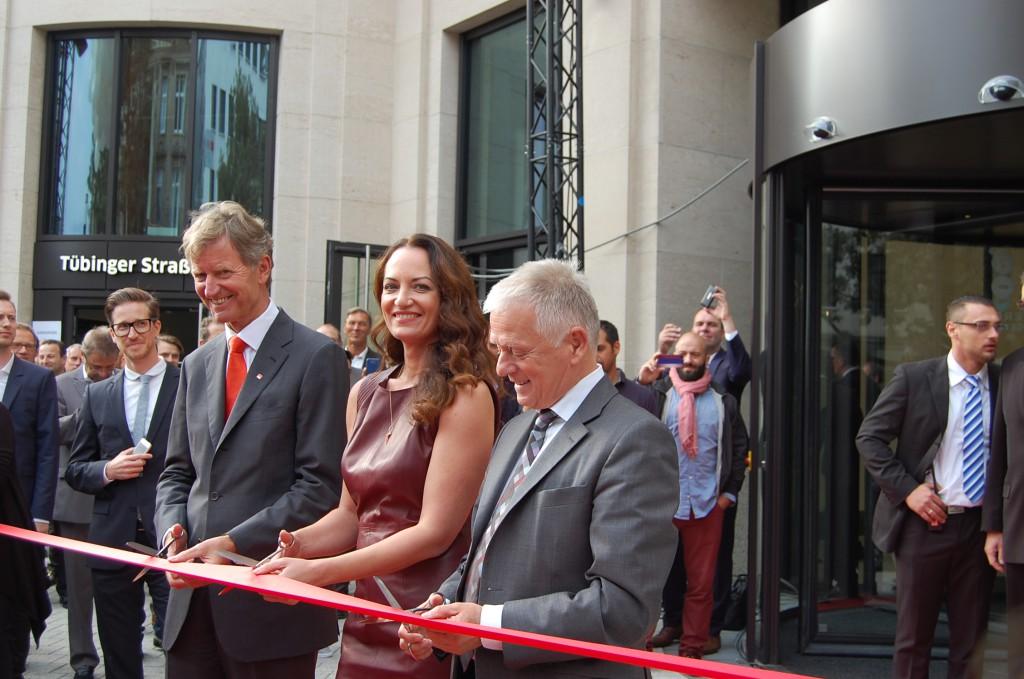 v. l.: Dr. Alexander Erdland (Vorstandsvorsitzender der W&W), Natalia Wörner, Fritz Kuhn (Oberbürgermeister Stadt Stuttgart) zerschneiden das rote Band (Foto: g²)