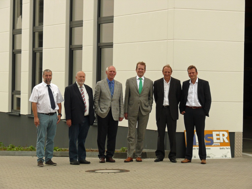 Beirat und Gesellschafter der Linser Industrieservice GmbH starten die Produktion in Troisdorf: Volker Brochhaus (G), Thomas Mathies (G), Werner Lutscheidt (B), Knut Gras (B), Michael Linser (G), Tobias Linser (G und Beiratsvorsitzender) v.l.      B = Beirat G = Gesellschafter