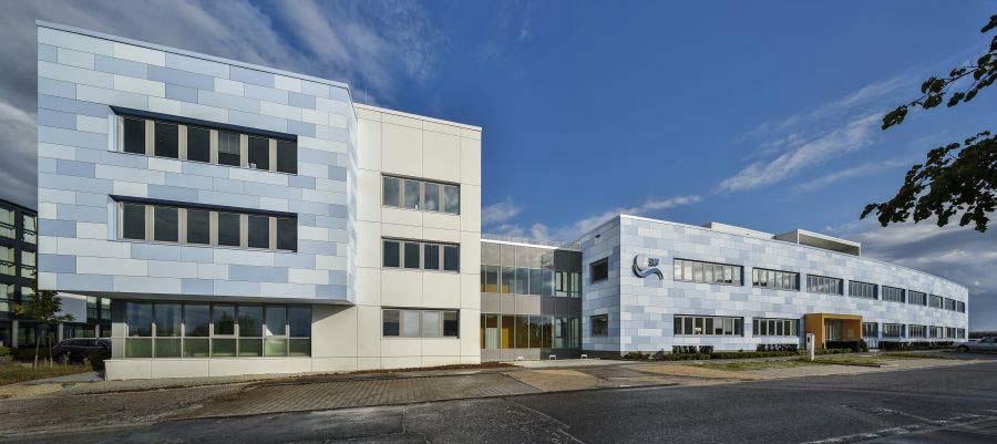 Die Forschungsplattform für die industrielle Produktion von Lithium-Ionen-Zellen ist links im Neubau des eLaB untergebracht (Foto: ZSW)