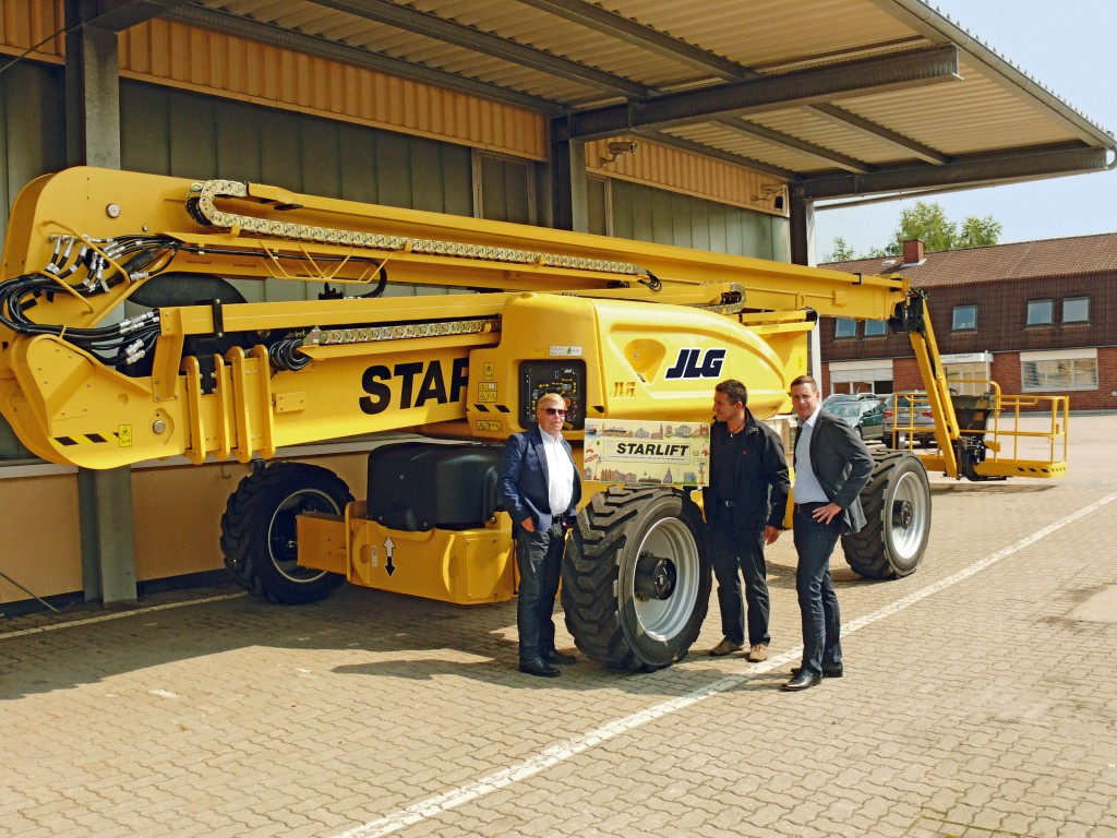 Thomas Müller (JLG, Mitte) gratuliert H.D. Kark (Geschäftsführender Gesellschafter STARLIFT) und Oliver Kark (Geschäftsleitung STARLIFT) zum 30jährigen Jubiläum (v.l.)