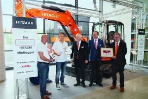 Drei Generationen vor Ort: Bernd, Ben und Ralf Riedlmeier (v.l.n.r.) mit Gerd Ettwig (Kiesel Ver-triebsleiter Kompaktmaschinen), Bernhard Ebner (Kiesel Vertriebsrepräsentant) und Joep van den Maagdenberg (Hitachi Assistant Manager) bei der Schlüsselübergabe auf der   GaLaBau 2014 (Foto: Kiesel)