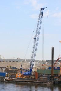 Einen SENNEBOGEN 6130 HD Seilbagger setzt AUG. PRIEN in Hamburg für den anspruchsvollen Bau einer gemischten Spundwand in der Hafencity ein (Foto: Sennebogen)