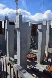 Als Unterbau für den Turbinentisch dienen 14,0 Meter hohe Stützen. Das Schalsystem LOGO wird hier so-wohl als Wand- wie auch als Stützenschalung verwendet. Zum Abstützen der Schalung werden einstellbare Stahlstützen von PASCHAL Danmark A/S eingesetzt.