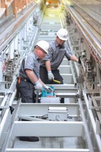 Techniker beim Einbau der Rolltreppen (Foto: Schindler)