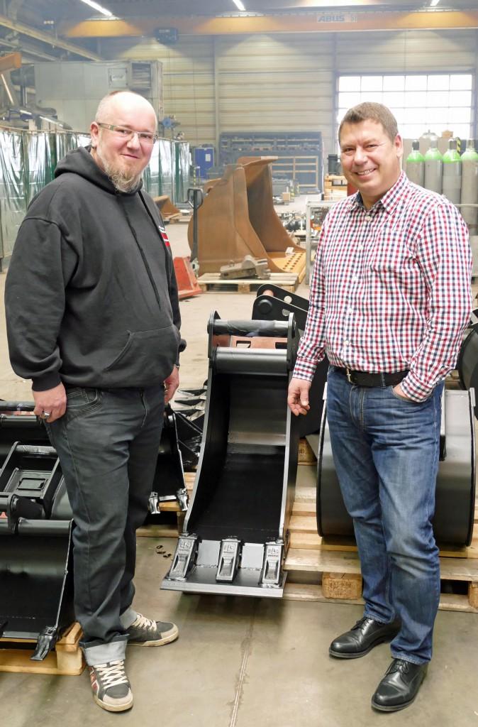 Von rechts: Béla Cseri (Geschäftsführer Cseri GmbH) und Daniel Müller (regionaler LIS Händler) arbeiten schon lange zusammen. Auch die Zähne an dieser Baggerschaufel sind von LIS  Foto 2 Die Basis für gute Anbaugeräte ist die eigene Konstruktion bei Cseri. Die LIS Baggerzähne sind dabei