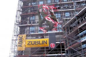 """Bei stürmischem Wetter wurde am 31.3.2015 die Richtkrone am Neubau des RAMADA Hotels """"Hamburg City Center"""" gesetzt Ed. Züblin AG"""