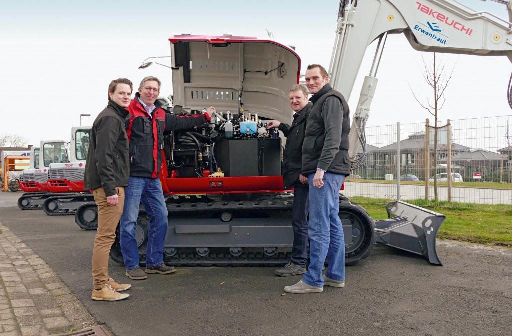 Die Mitarbeiter des neuen Takeuchi Händlers, der Erwentraut GmbH:  Hendrick Kuckhoff, Martin Jäger, Heiner Kuckhoff (Betriebsleiter), Holger Strugholz (Bereichsleiter Takeuchi) v.l., bei der Einweisung in einen Takeuchi TB 290 Kompaktbagger