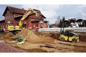 Mobilbagger, Kettenbagger, Walzen, Vibrationsplatten und Lichtaggregate aus dem HKL MIETPARK kommen beim Bahnhofsumbau in Crivitz zum Einsatz (alle Fotos: HKL)