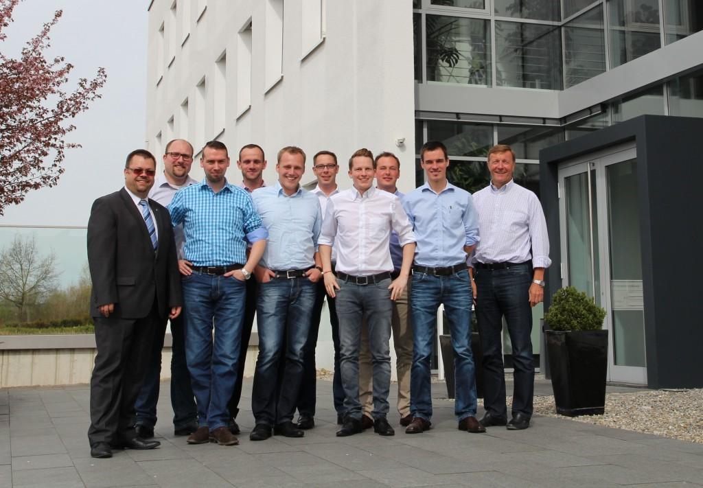 Jürgen Schatz von der IHK in Weingarten (links im Bild) mit Toni Kiesel (Geschäftsführer Kiesel GmbH, rechts im Bild) und den zertifizierten Vertriebsspezialisten;  Foto Kiesel