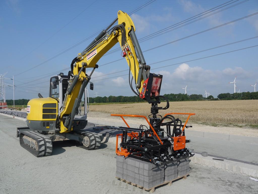 Der Optimas Multi6 Anbaugreifer mit Schwing Stop-Aufhängung macht einen Hydraulikbagger oder Radlader zu einer effektiven Verlegemaschine