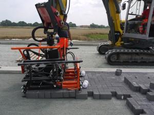 Die Schwing Stop-Aufhängung und der sechsarmige Anbaugreifer Multi6 von Optimas machen Pflasterverlegearbeiten mit Hydraulikbagger oder Radlader einfach und schnell