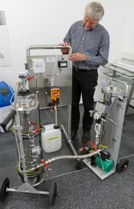 Hier eine Testkonstruktion, mit Wasserfilter, Entsalzungseinheit und der Zuführung einer Chemikalie. Mit Obserwando überwacht wird der Pegelstand des Chemikalienkanisters. Rechtzeitig bevor er geleert ist, wird eine Meldung abgegeben, damit er gewechselt wird. Ronald Klukas, Prokurist von aqua concept, demonstriert hier die Funktion