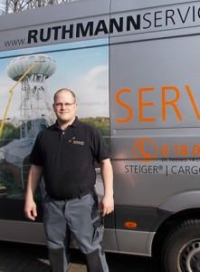 RUTHMANN's Servicemonteur Jan Dieckfoß  vor seinem Service-Fahrzeug, das mit den wichtigsten Dokumentationen, Werkzeugen und Ersatzteilen ausgestattet ist, die ein mobiler Service-Techniker für seine Tätigkeit braucht (Foto: Ruthmann)