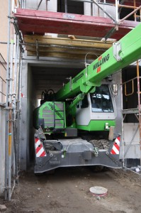 Es geht eng zu in den Berliner Hinterhöfen: für sämtliche Hebeaufgaben setzt die Fa. Cocon Wohnbau GmbH einen flexiblen SENNEBOGEN 613 Mobilteleskopkran ein (Fotos: Sennebogen)