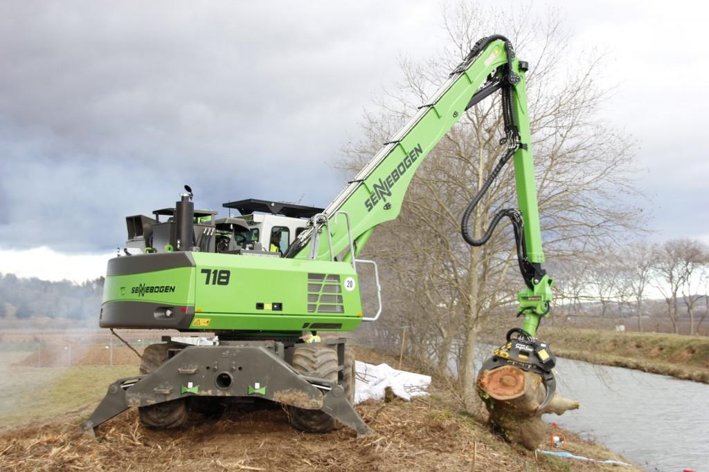 Bildunterschriften: In Frankreich arbeiten ein SENNEBOGEN 718 Forstmobilkran und ein 830 HD Bagger zur Baupflege entlang des Canal du Midi. Der historische Baumbestand ist von einem Pilz befallen und muss präzise und gründlich abgetragen werden (Fotos: Sennebogen)