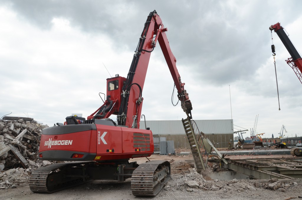 Für den Rückbau einer Stahlkonstruktion setzt das niederländische Abbruchunternehmen Koole Environmental einen 830 Abbruchbagger und dem 683 Teleskopkran ein