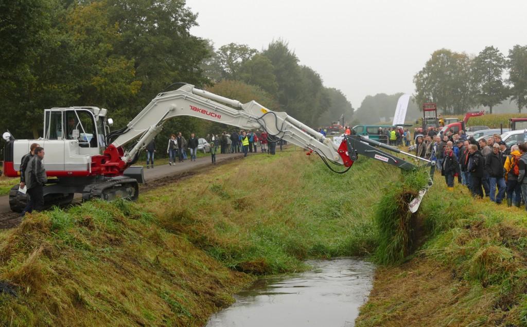Die Leistungsstärke und die Präzision beim Einsatz des Takeuchi Kompaktbaggers TB 1140 Serie 2 zog viele Besucher der Maschinenvorführung der Landwirtschaftskammer Niedersachsen (LWKN) an