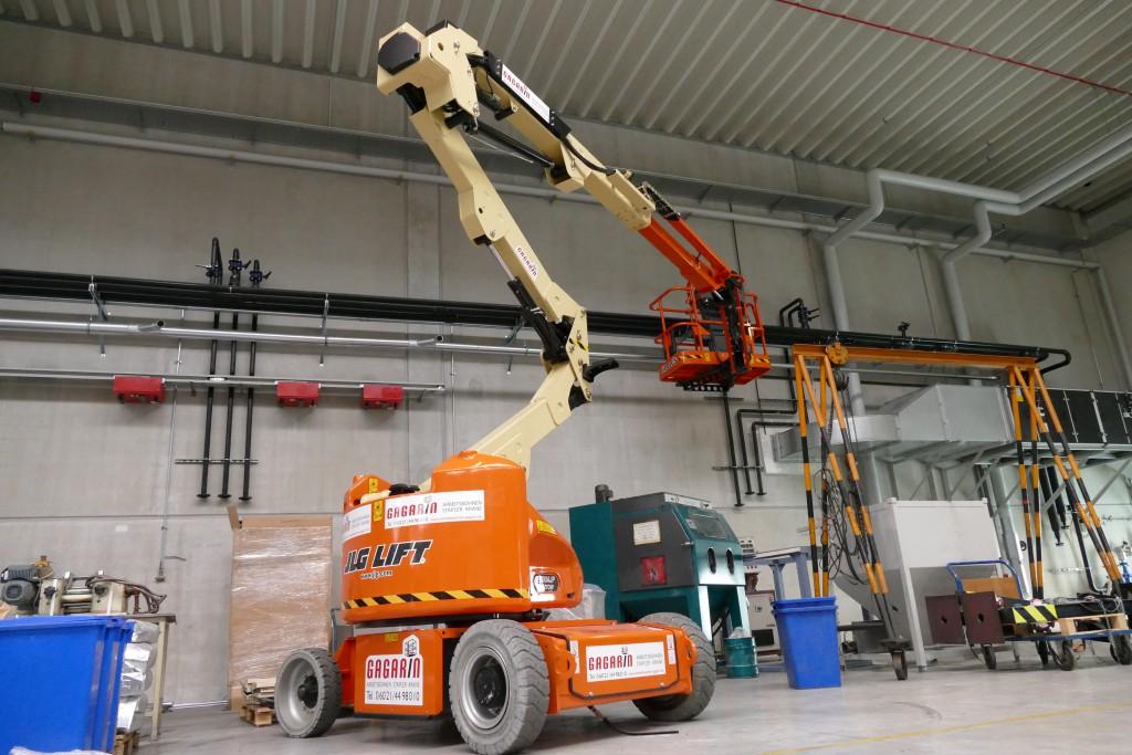 Die JLG Gelenkteleskoparbeitsbühne E400AJPN ist - wegen ihrer Standfestigkeit und Beweglichkeit - auch für Bauaufgaben in Hallenbereichen bestens geeignet