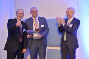 Andreas Kalwach und Remco Pouw mit dem Pokal, daneben Botschafter Franz Josef Kremp