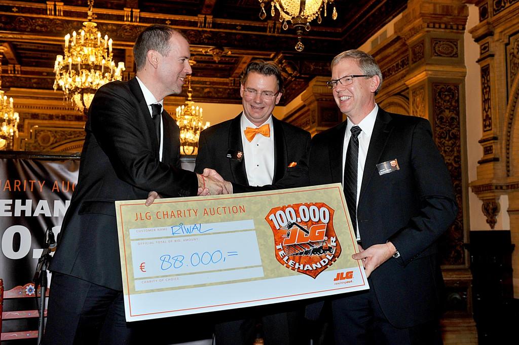 Norty Turner (links) CEO von Riwal, bei der symbolischen Scheckübergabe mit Frank Nerenhausen (rechts), Präsident von JLG. In der Mitte Karel Huijser, General Manager JLG EMEA.