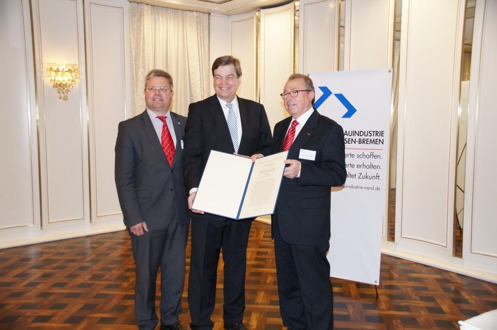Bei der Übergabe des Bauindustriepreises der Bauindustrie Niedersachsen-Bremen: Frank Siebrecht (Vizepräsident) , Enak Ferlemann (Staatssekretär) und Prof. Dr. Rolf Warmbold (Präsident) v.l.