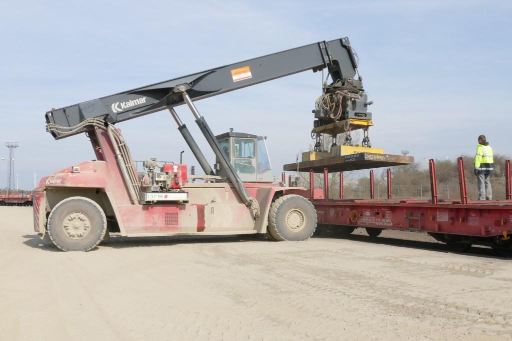 Bis zu 40 t schwere Brammen hebt der gewaltige Gabelstapler mit dem Elektrolasthebemagneten . Die Energie für den Magneten liefert ein Hatz Dieselmotor 2L41C (Aggregataufbau in der Mitte des Staplers)