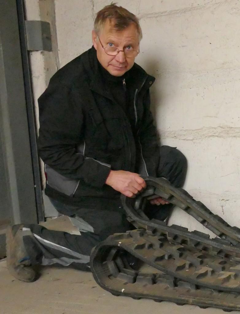 Hans-Joachim Volkening, Werkstattleiter bei Baufa Nord-Ost, prüft vor der Montage die von Linser gelieferten Gummiketten