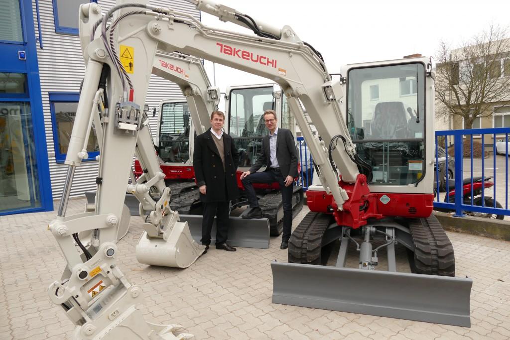Pär Fasterling (Geschäftsführer Kurt König GmbH, rechts im Bild) und Lars Lang (Verkaufsleiter) freuen sich, ihren Kunden mit den Takeuchi Produkten Baumaschinen von bester Qualität mit einer äußerst umfangreichen Serienausstattung zur Verfügung stellen zu können