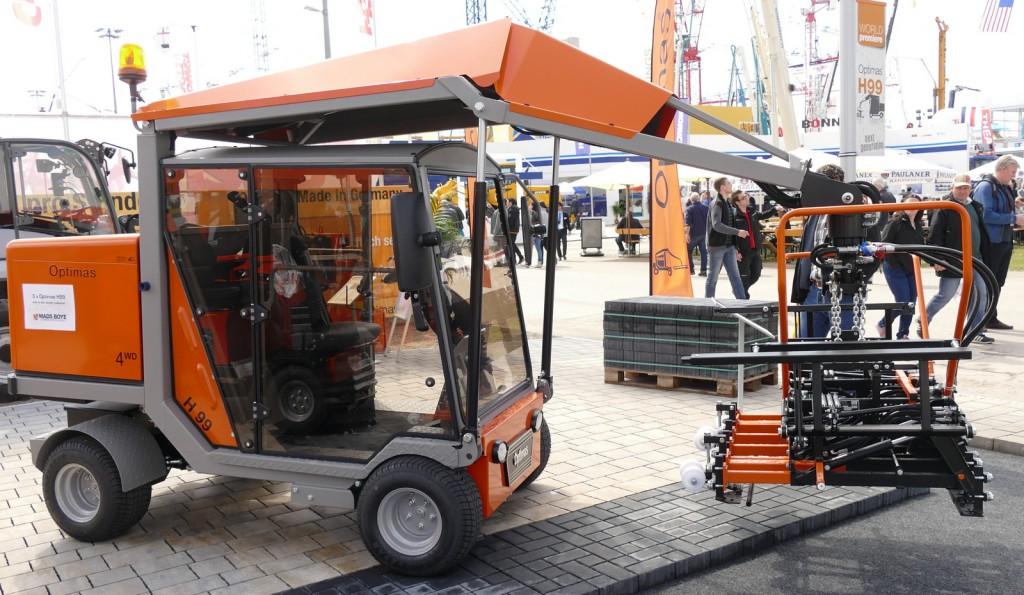 Die Optimas H 99 Pflasterverlegemaschine wurde auf der bauma vorgestellt. Sie ist eine komplette Neukonstruktion, die mehr Leistung bei weniger Verbrauch realisiert.
