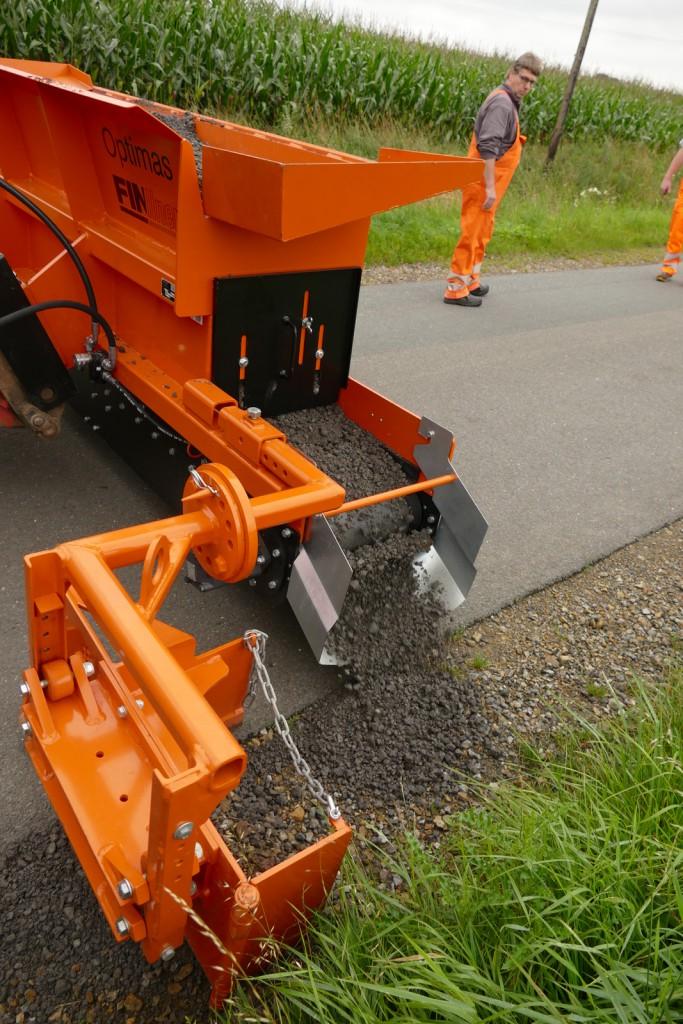 Die angebaute Optimas Finliner arbeitet immer in Fahrtrichtung. Die Materialmenge kann über die Bandgeschwindigkeit präzise gesteuert werden