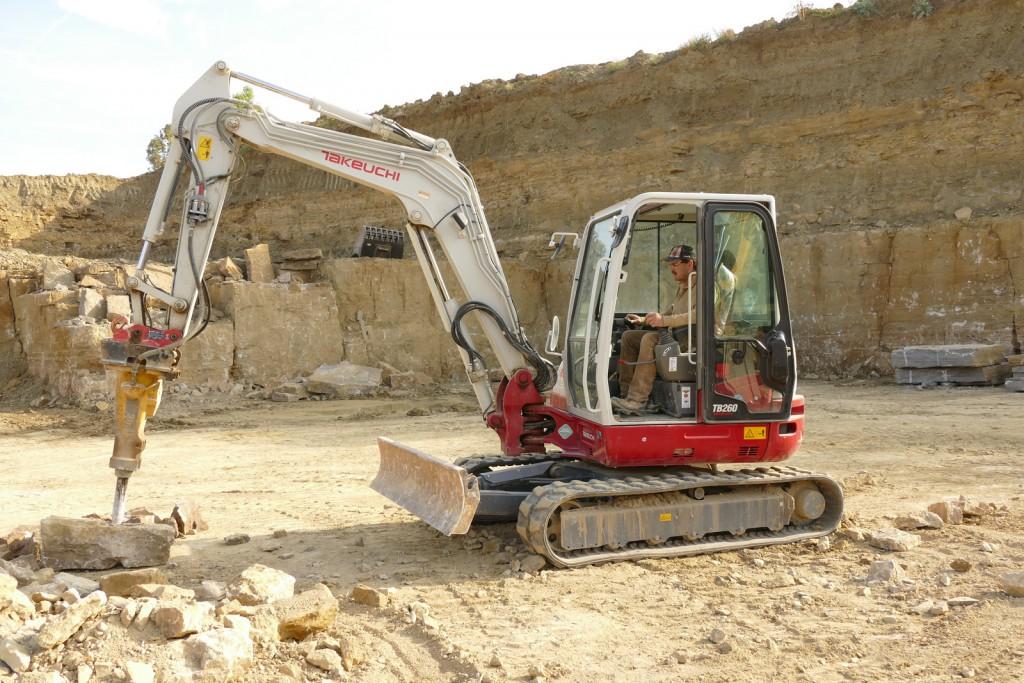 Der 5,6 t Kompaktbagger Takeuchi TB 260 bewährt sich auch im harten Einsatz im Steinbruch