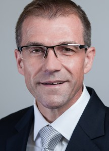 Andreas Schell wird neuer Vorstandsvorsitzende von Rolls-Royce Power Systems (RRPS). Er wird noch im Laufe dieses Jahres zu Rolls-Royce wechseln. Seine neue Position wird Andreas Schell zum 1. Januar 2017 von Dr. Ulrich Dohle übernehmen, der in den Ruhestand geht. Andreas Schell has been appointed as Chief Executive Officer (CEO) of Rolls-Royce Power Systems. He will join Rolls-Royce later this year, and take up his new position from 1 January 2017, succeeding Dr Ulrich Dohle who is retiring.