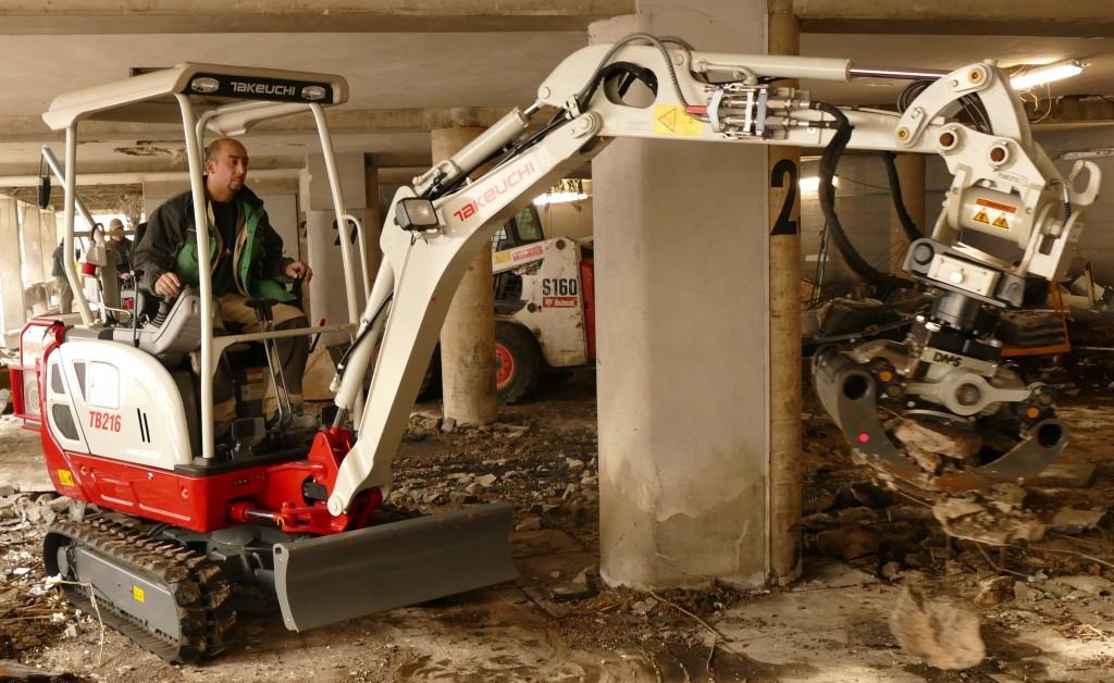 Der Takeuchi TB 216 Hybrid reduziert durch seine Motorentechnik den Schadstoffausstoß. Arbeit im geschlossenen Raum wird dadurch möglich.
