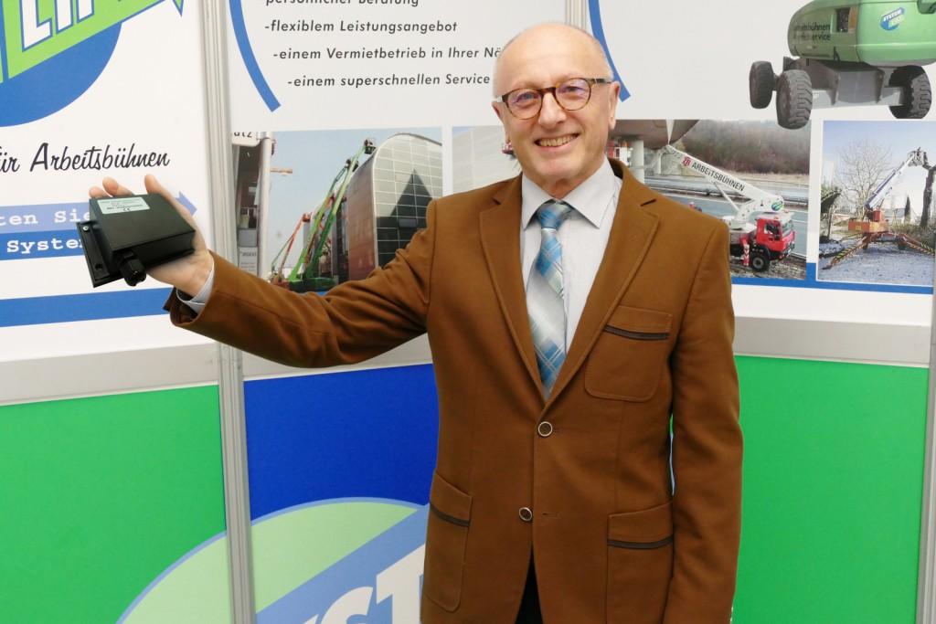 Leopold Mayrhofer, Vorstandsvorsitzender der Systemlift AG, hält den Nutzen elektronischer Unterstützung für einen wichtigen Baustein. Dieser wird immer mehr Bedeutung gewinnen. Mayrhofer hält ein Rösler EQTrace-Datenerfassungsgerät in der Hand.