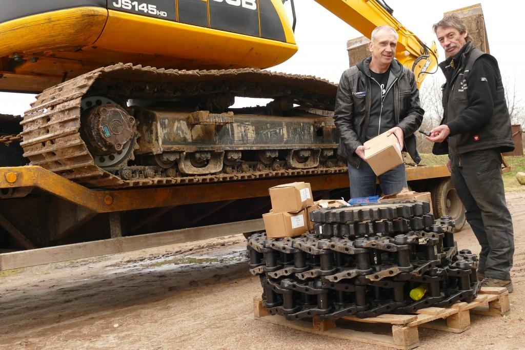 Die langlebigen LIS-Ketten hat Berg auf drei seiner Bagger als Ersatz montiert. Sie werden lange Strecken zurücklegen müssen und das auch können. Hans-Werner Badenhop (LIS), Dieter Berg v.l.