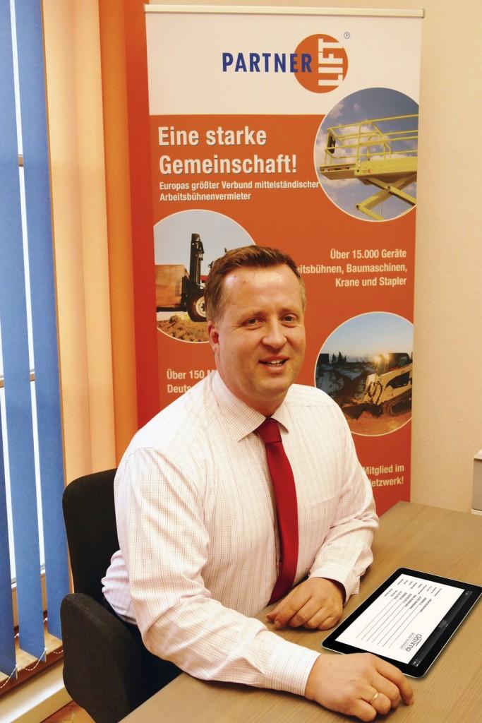 Kai Schliephake, Geschäftsführer der PartnerLIFT GmbH, sieht in der Nutzung elektronischer Hilfen die Gegenwart und zum Beispiel in papierloser Vermietabwicklung schon die Gegenwart der Zukunft. Hier arbeitet er mit der Rösler-App daTime Vermietung.