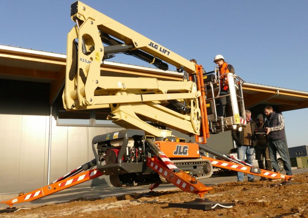 Die kompakte JLG Raupenarbeitsbühne X15J Plus ist klein und leicht, kann aber 230 kg im Korb bewegen.