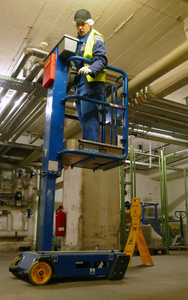 Die kleine mechanische Arbeitsbühne JLG Ecolift 1.5 bietet Arbeitssicherheit und hohe Beweglichkeit.